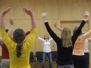 Angelika Volmer (Bildmitte) leitet eine Qigong Übung in Bad Nauheim 2014